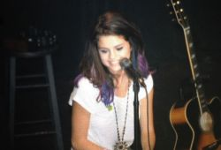 Selena Gomez - Σελίδα 3 Tumblr_ly55awJf3Q1qdzns6o3_250
