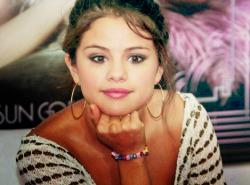 Selena Gomez - Σελίδα 4 Tumblr_lyx7onVWj11qg539wo1_250
