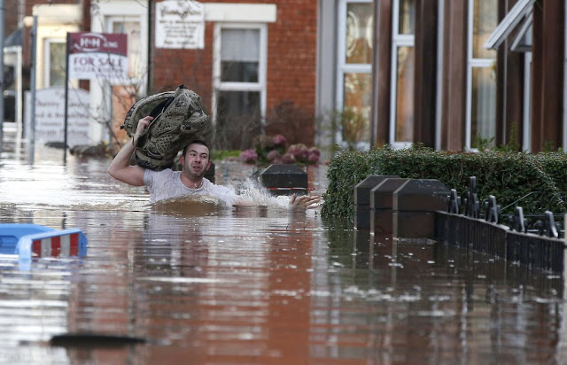 Flooding Norway - UK Battered with Storms Uk-storm-desmond-man-wading
