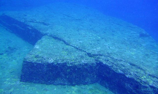 Le mystère de la pyramide sous-marine des Bermudes ? Piramida-006