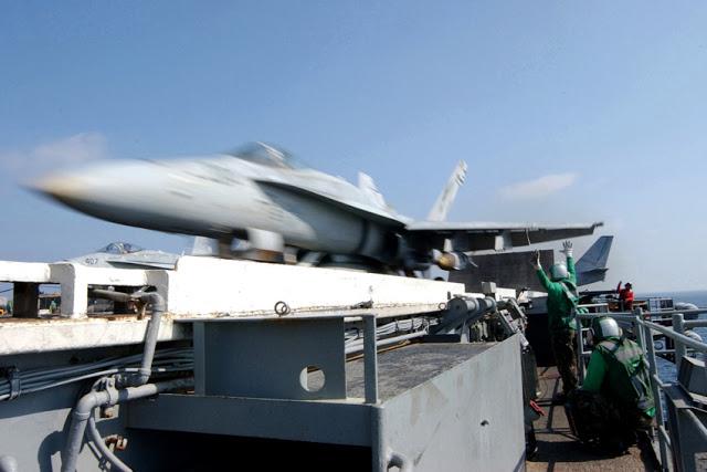 Porta-aviões (M570 - 43PM/2011)  U.S.-Navy-Photo-by-Photographer%2527s-Mate-3rd-Class-John-E.-Woods