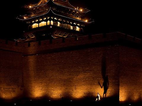 không - Cuộc xâm lược không tiếng súng của Trung Quốc 090118_pingyao_shanxi_china_boy_shadow_puppet_body_old_city_fortified_wall_spotlights_travel_photography_IMG_9589