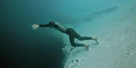 """""""Ελεύθερη πτώση"""" στη μεγαλύτερη υποθαλάσσια τρύπα του κόσμου  Eleutherh-ptwsh-sth-megalyterh-ypothalassia-trypa-tou-kosmou-video"""