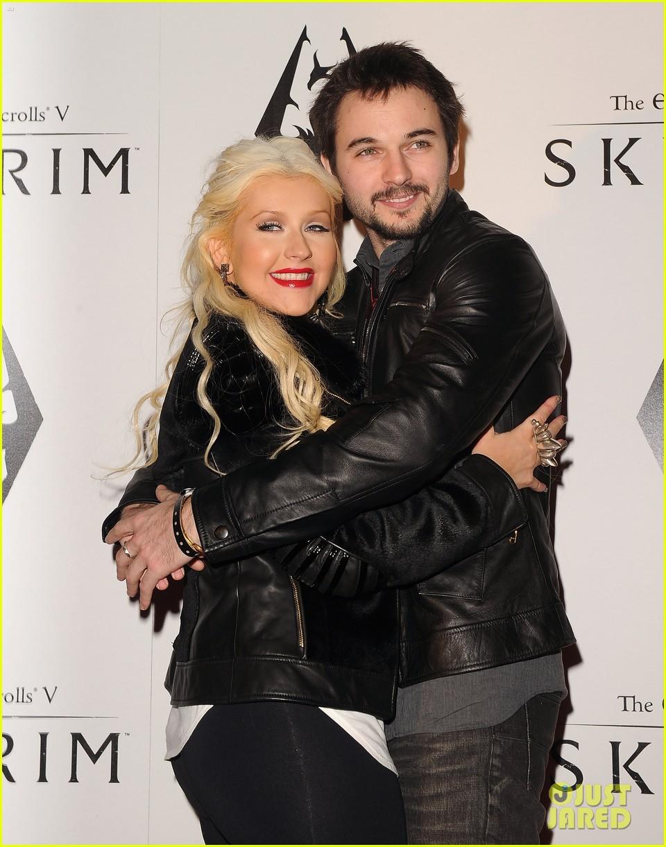 [Fotos+Video] Christina Aguilera: Elder Scrolls V: Skyrim Launch! 2011 Christina-aguilera-matthew-rutler-skyrim-launch-02