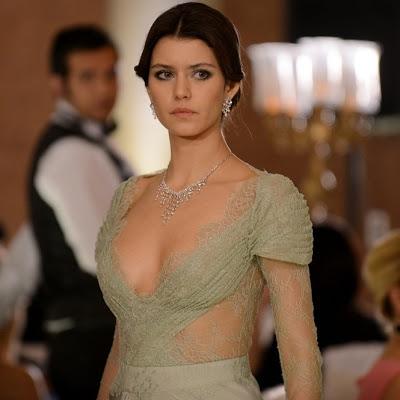 النجمة التركية بيرين سات (فاطمة) امرأة المليوني دولار Beren-saat-ten-tek-gecelik-elbise-beren-saat-intikam-13475137