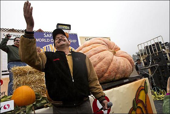 أمريكي يفوز بـ11 الف دولار بعد زراعته اكبر يقطينة تزن 773 كغم Biggest_Pumpkin_12