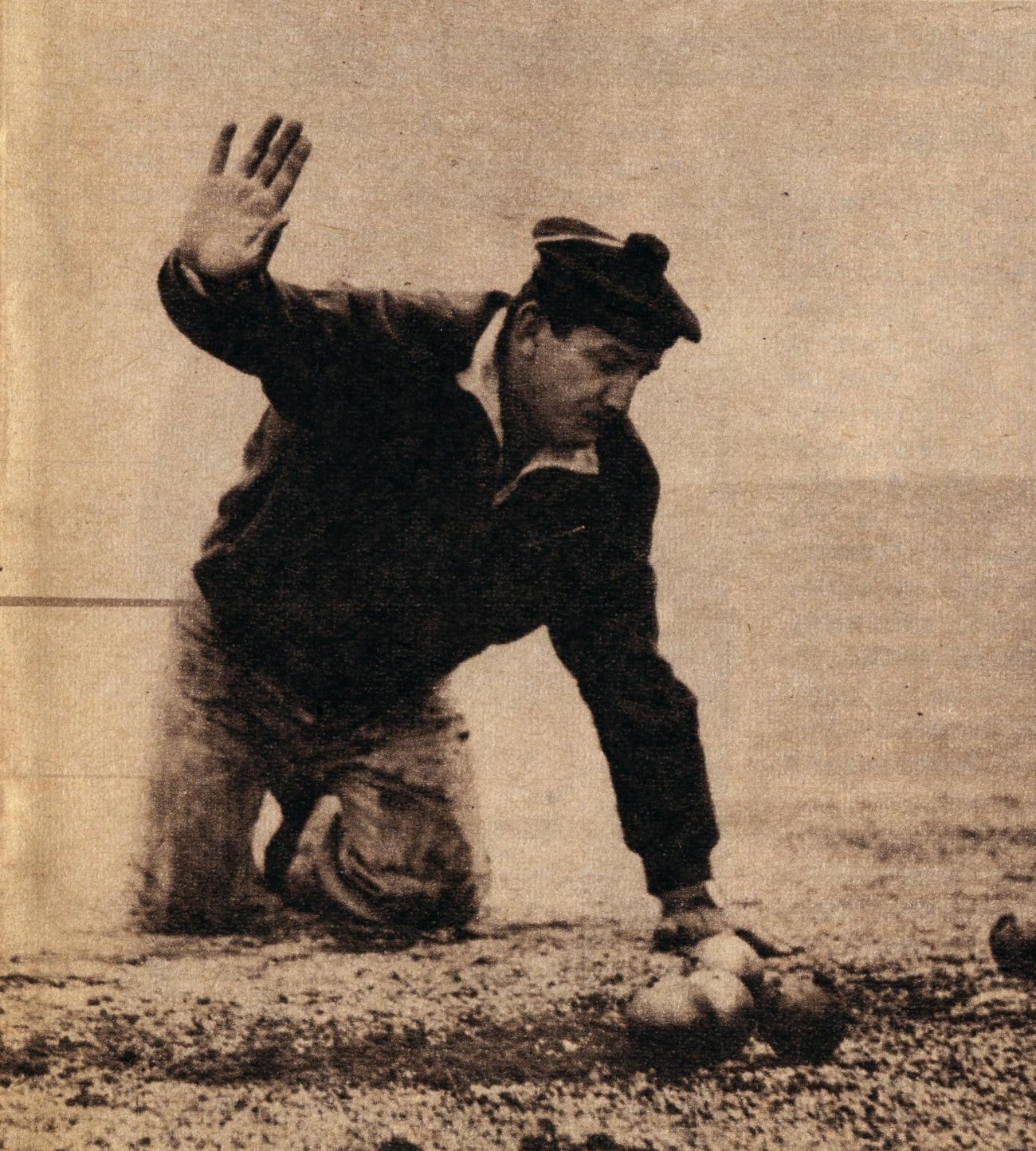 Lino Ventura jouant aux boules 8