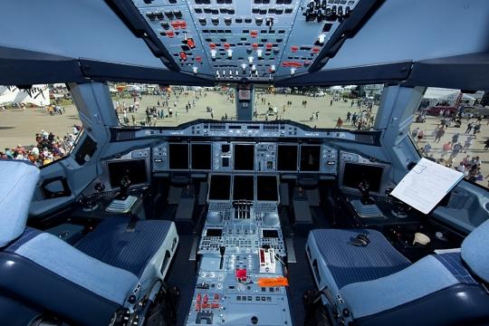 Superjet Sukhoi  100 Interjet - Página 3 EAAA380cockpit_540x360