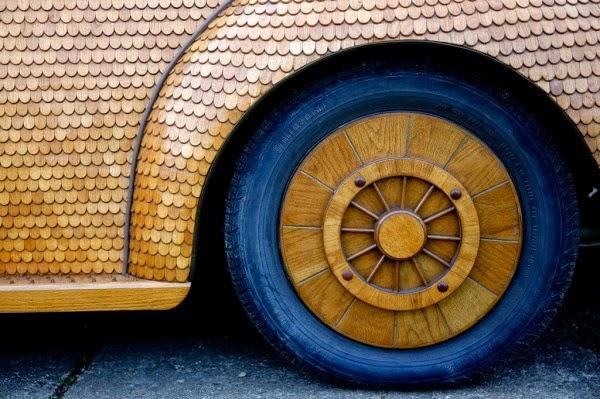 عجوز حول سيارته الى تحفة خشبية 3