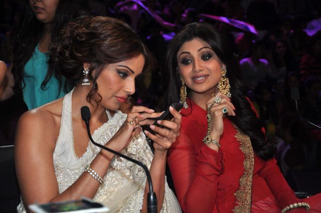 Bipasha Basu with Shilpa Shetty on Nach Baliye 5! Bipasha-Basu-Promoting-Aatma-movie-On-Nach-Baliye-24