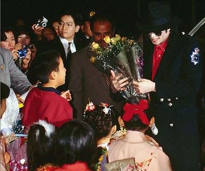 Fotos Com Histórias e Curiosidades - Página 2 Michael_Jackson_Visit_At_Tower_Records_Tokyo_96