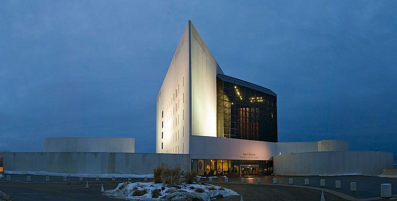 Najpoznatije svetske arhitekte - Page 3 800px-JFK_library_Stitch_Crop