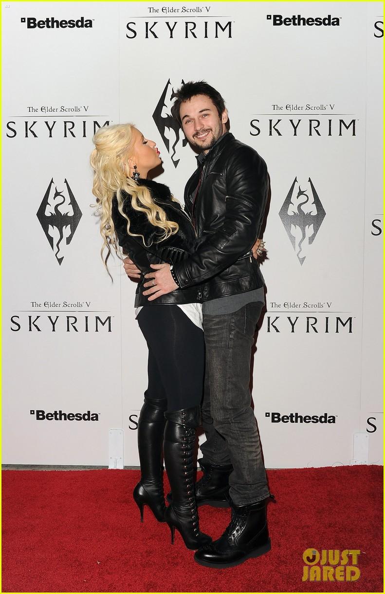 [Fotos+Video] Christina Aguilera: Elder Scrolls V: Skyrim Launch! 2011 Christina-aguilera-matthew-rutler-skyrim-launch-03