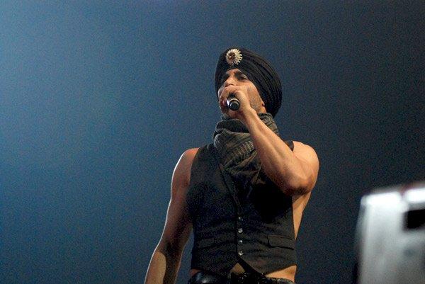Akshay Kumar performs a dare-devil stunt at IIFA Awards 2008 Still2