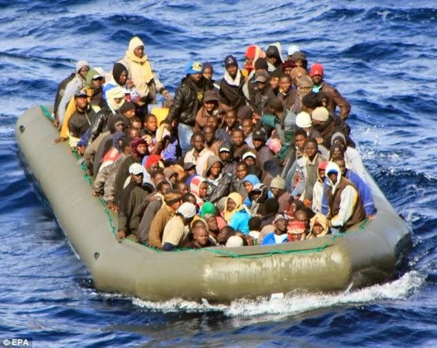 argelinos - Refugiados tunecinos incendian una iglesia en Lampedusa Article-2596907-1B3F569900000578-306_634x505