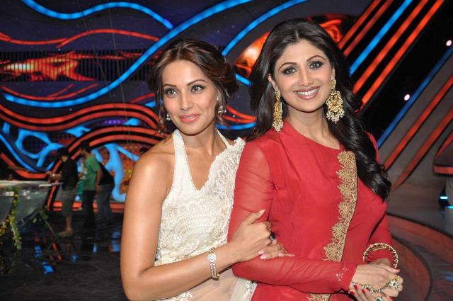 Bipasha Basu with Shilpa Shetty on Nach Baliye 5! Bipasha-Basu-Promoting-Aatma-movie-On-Nach-Baliye-23