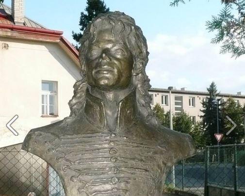 Nuova statua MJ inaugurata a Praga MJ_Bust_Top