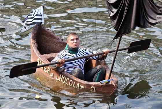 الإبحار في قوارب من الشوكولاتة بجنوب فرنسا  Choco_boat13