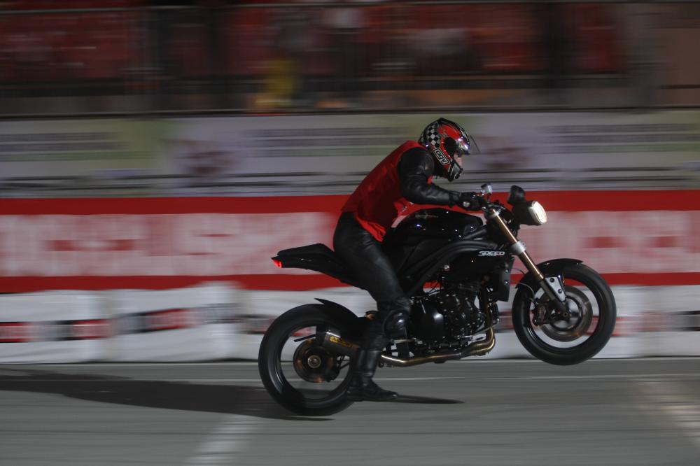 Triumph 1050 Speed triple  - Page 3 Drag_race_Motociclismo_EICMA_2010_primo_giorno_1_23