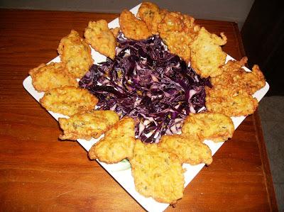 pataniscas com salada de couve roxa Pataniscas