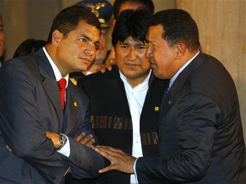 Socialismo del siglo XXI: Ideas Burguesas Enmascaradas por Terminología Obrera  El_presidente_de_venezuela_hugo_chavez_dcha_habla_con_sus_homologos_evo_morales_bolivia_centro_y_rafael_correa_ecuador_izq