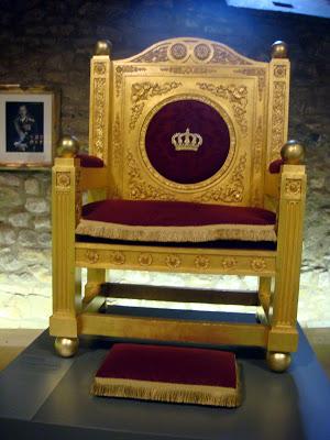 Exposition « Trônes en majesté, l'autorité et son symbole » - Page 4 DSC05551
