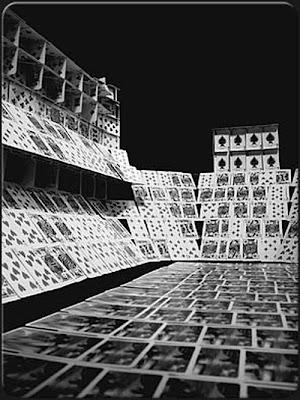சீட்டுக்கட்டினால் செய்யப்பட்ட அழகிய வேலைப்பாடுகள்  Playing-card-sculptures-08