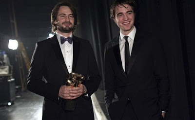 Premios BAFTA 2010  - Página 4 Pattinsonlife-baftamq-002