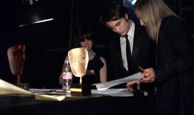Premios BAFTA 2010  - Página 4 Pattinsonlife-baftamq-003
