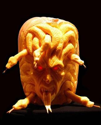 பூசணியில் செதுக்கப்பட்ட வியக்கத்தக்க உருவங்கள்  Pumpkin-carvings-18