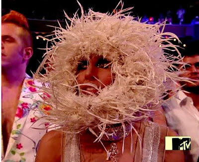 Lady Gaga paragonata a Michael Jackson - Pagina 2 Lady-gaga-wears-what-can-only-be-described-as-a-gigantic-furry-nest-around-her-face_0
