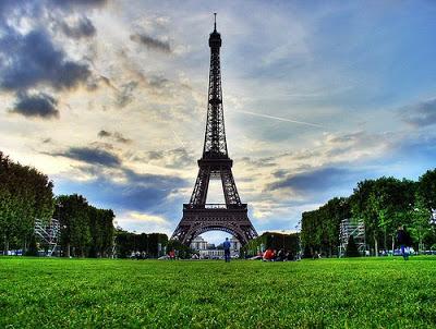 الدراسة في فرنسا Eiffel_tower