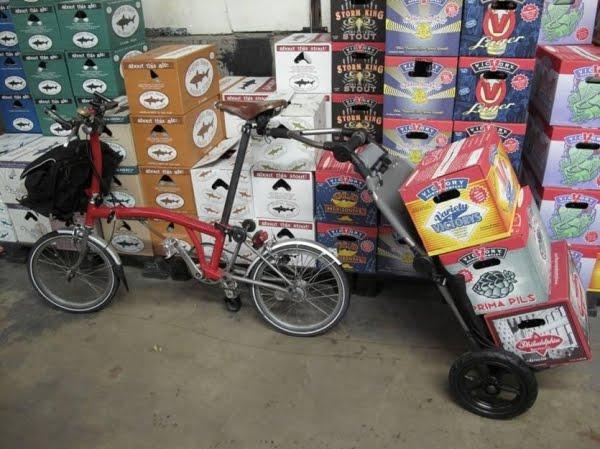 Transporter beaucoup de courses sur un Brompton? Travoy-and-beer1