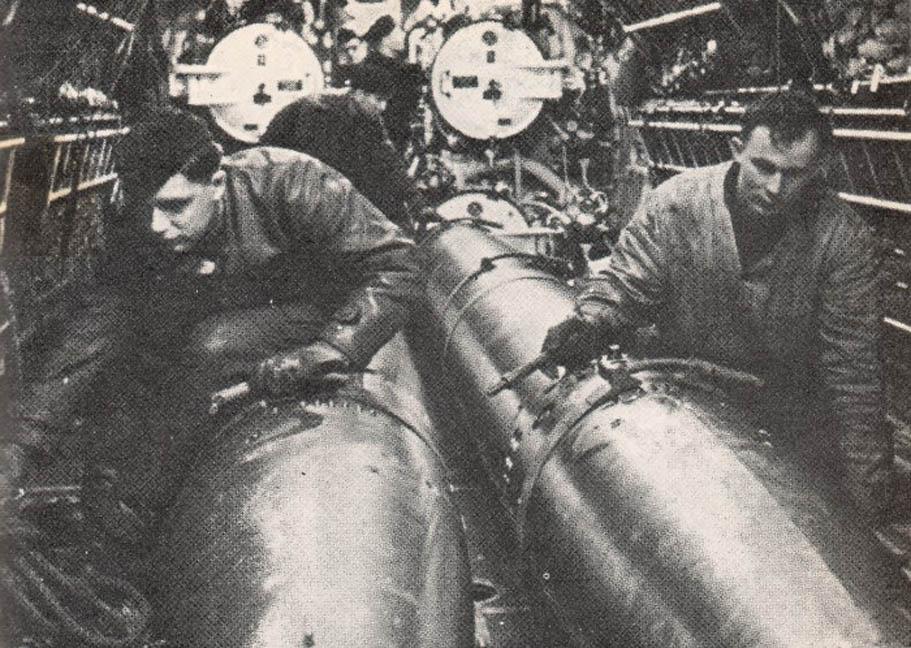 photos de sous-marin et de leur équipage Torpedo%2Bpreparation%2Bfor%2Battack%2Bon%2Bconvoy