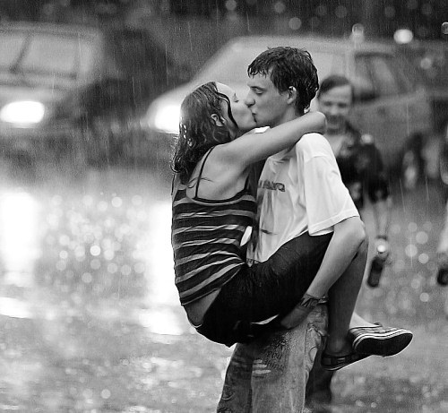 Poljubac  - Page 14 Romantic-kiss-in-the-rain-wallpaper