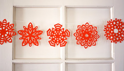 Tutoriale in toate tehnicile- Ornamente pentru Craciun - Pagina 2 Paper-snowflake-garland