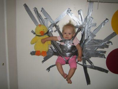 cinta - Si se mueve es que no has puesto suficiente cinta Duct_tape_baby_mianro