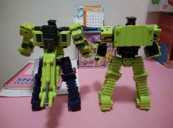 [Toyworld] Produit Tiers - Jouet TW-C Constructor aka Devastator/Dévastateur (Version vert G1 et jaune G2) - Page 3 894EPOdw