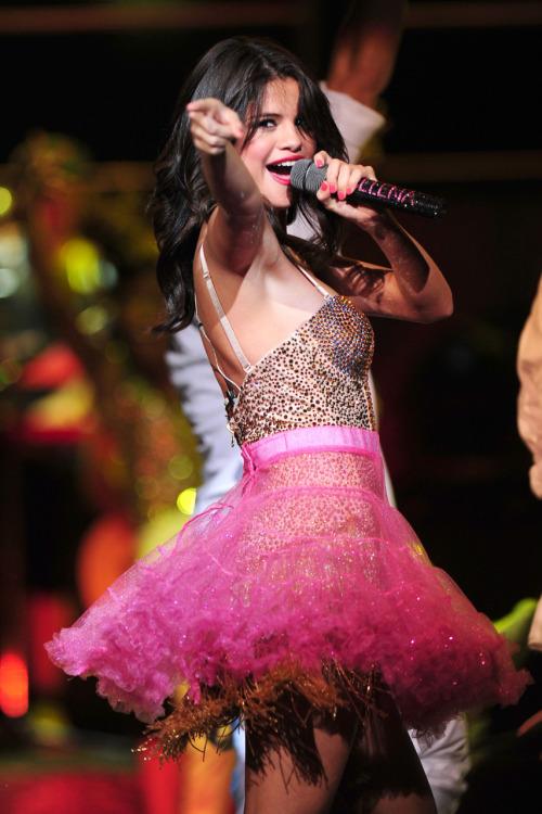 Selena Gomez - Page 40 Tumblr_lpla16yKK01qa6i1co1_500