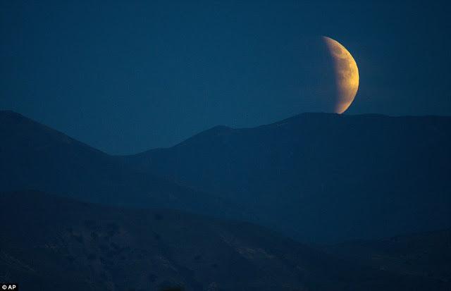 Eclipse.........  2CD875C600000578-3251497-image-a-6_1443409063116