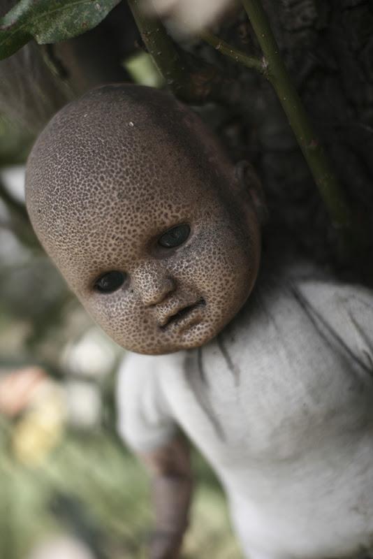 رعب على ارض الواقع في  جزيرة الدمي المشوهه  Island-of-dolls-4%5B2%5D