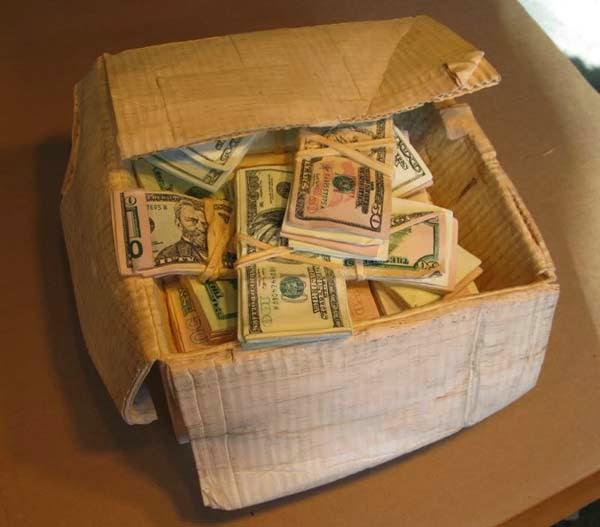 فنان يصنع النقود من الخشب 8