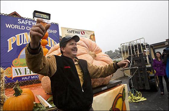 أمريكي يفوز بـ11 الف دولار بعد زراعته اكبر يقطينة تزن 773 كغم Biggest_Pumpkin_05