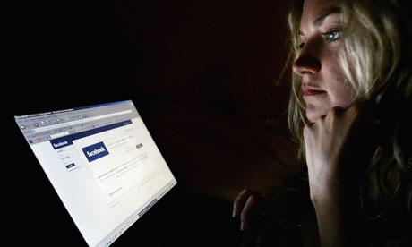 5 طرق لحماية صفحتك من السرقة والقرصنة بنسبة 100% Woman-looks-at-facebook-006