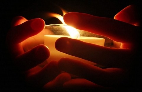 [Jeu] Association d'images - Page 3 Hands_holding_candle_sjpg5087