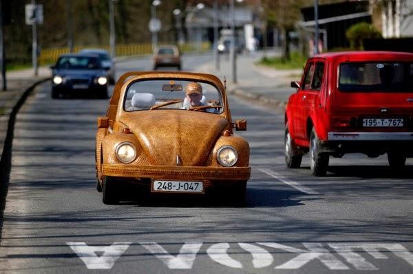عجوز حول سيارته الى تحفة خشبية 4