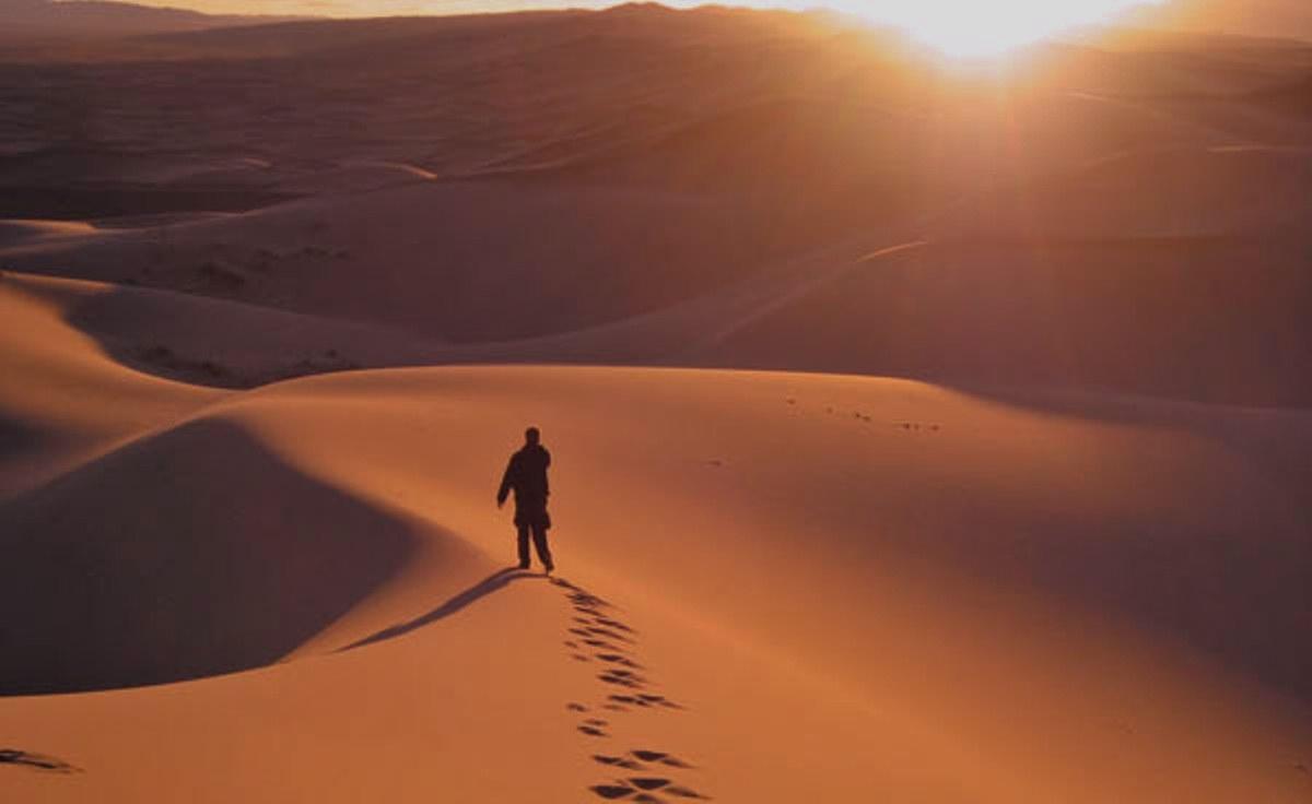 Besoin de votre expérience : comment expliquer cette technique de calcul ? - Page 2 Person-walking-in-the-desert