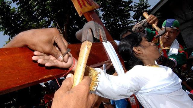 الصلب يوم الجمعه العظيمه فى الفلبين %D8%B5%D9%84%D8%A82