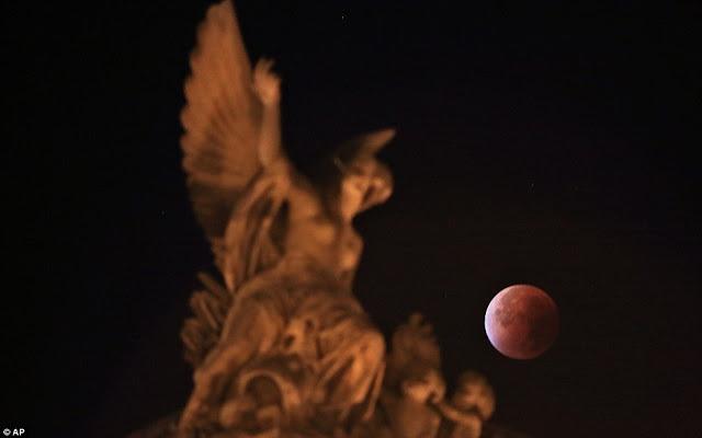 Eclipse.........  2CD8ED0F00000578-3251497-image-a-109_1443417396529
