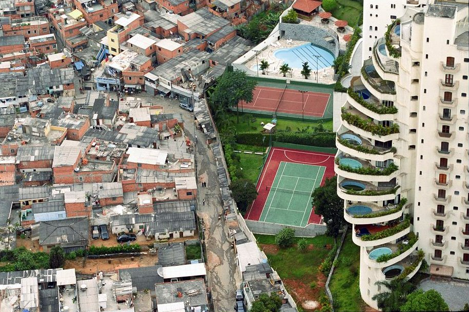 ஏழைக்கல்ல லாபம்... Indian-rich-and-poor-just-accross-the-wall